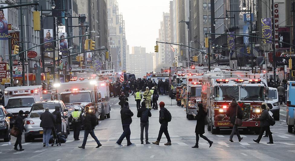 - Информацията е за взрив в центъра на града, на кръстовището на 42-ра улица и 8-о авеню.