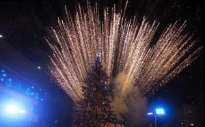 Футболист запали светлините на коледната елха в Разград