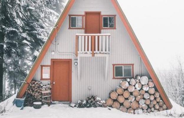 Триъгълната, с дървата отпред
