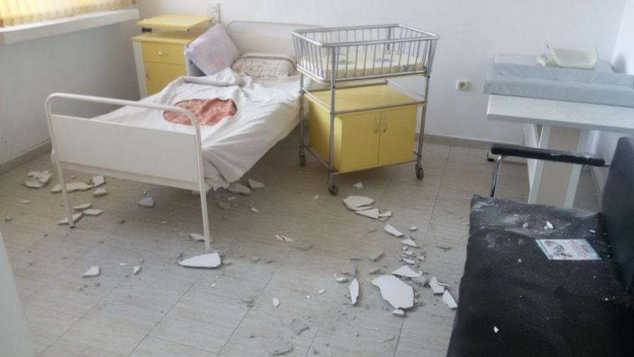 Мазилка от таван в болница падна до новородено бебе