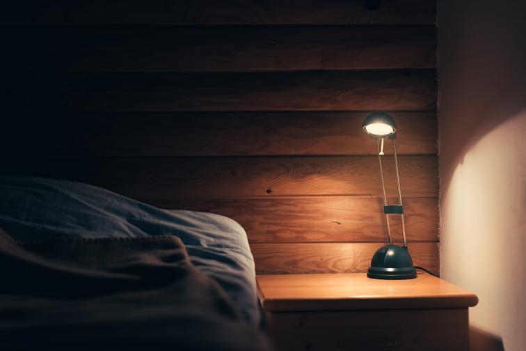 В контраст – ярката светлина вечер ни пречи.<br /> Тя потиска хормона в човешкия организъм, помагащ на съня – мелатонина. Това е и причината, поради която не е препоръчително непосредствено преди лягане да се взираме в яркия екран на електронните устройства, превзели ежедневието ни, като смартфони, таблети или лаптопи.