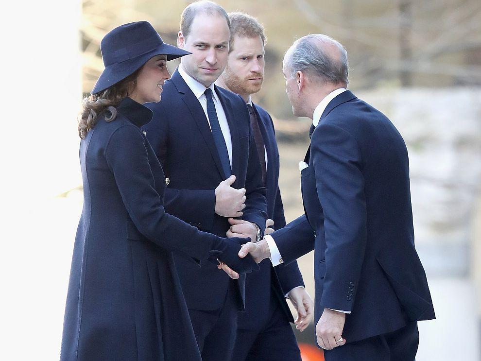 Представители набританското кралско семейство, пожарникари, оцелели и роднини на жертвите участвахавъв възпоменателна служба за загиналите в Гренфел тауър през юни 71 души