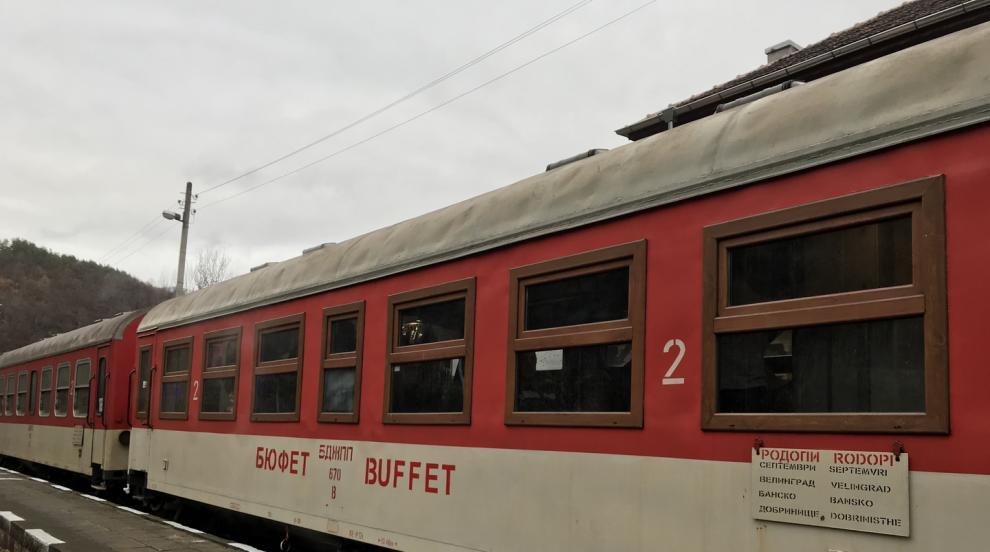 Пътници без билет със заплахи и обиди към кондуктор и други хора във влака...