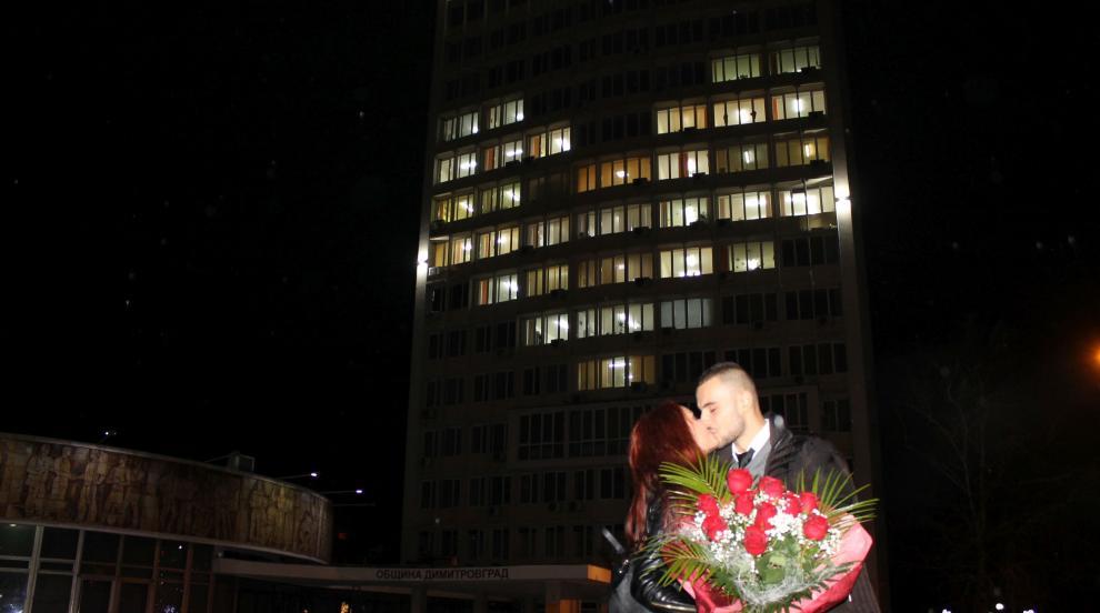 Със заря на площада в Димитровград полицай предложи брак