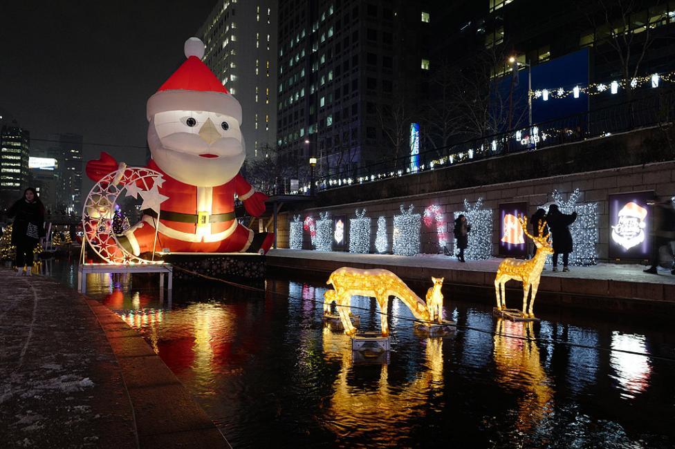 - Коледни украшения в градския канал Чеонгджешеон в Сеул, Южна Корея