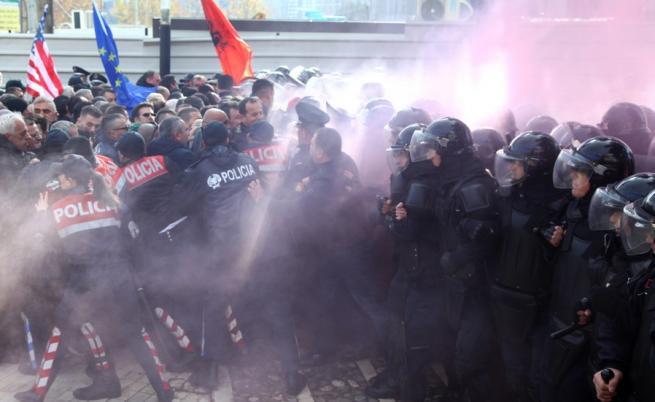 Димка в парламента, опозицията плаши с въстание в Албания