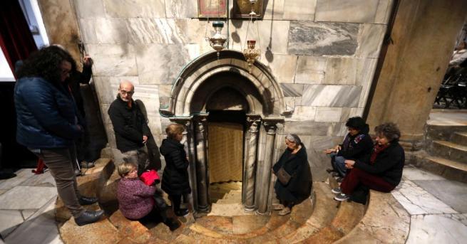 Композиция, пресъздаваща библейската сцена от раждането на Исус, на бетонна