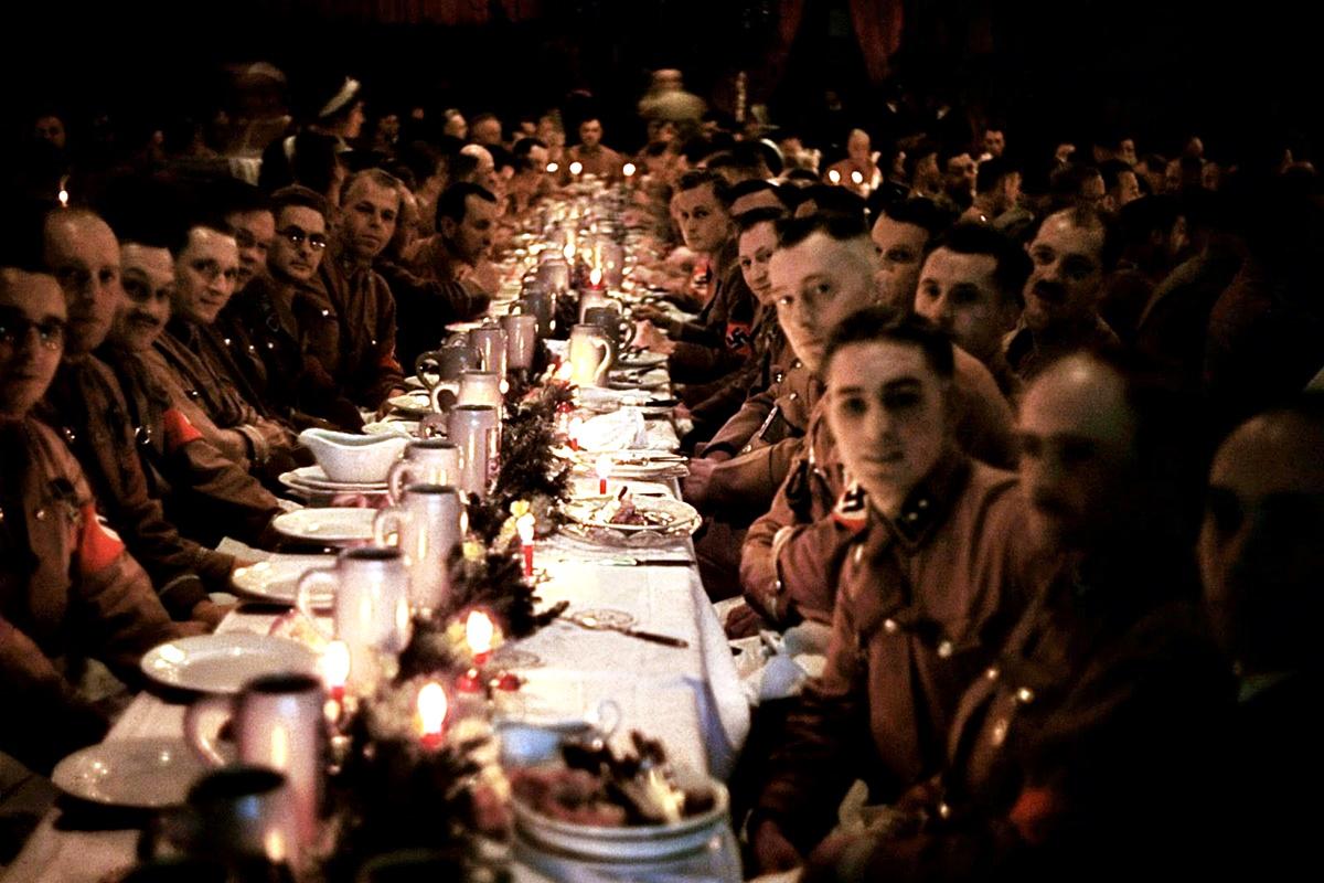 В разгара на Втората световна война на 18 декември 1941 г. Адолф Хитлер решава да организира коледно парти в Мюнхен. Един от личните фотографи на фюрера – Уго Ягер, прави поредица от цветни снимки на празненството, които заравя в буркан под земята в края на войната. Той ги изравя десет години по-късно, през 1955 г., и ги оставя в банков сейф заедно с 2000 други фотографии.