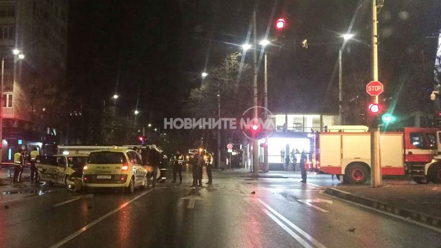 Катастрофа между полицейски бус и две таксита, има ранени