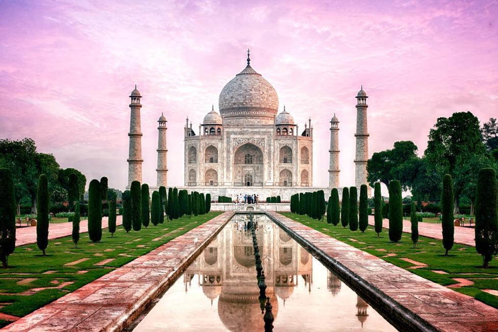 - Тадж Махал, Агра, Индия Мавзолеят в Агра, Индия, е построен от императора Шах Джахан в чест на любимата му жена Мумтаз Махал, която умира по време на...