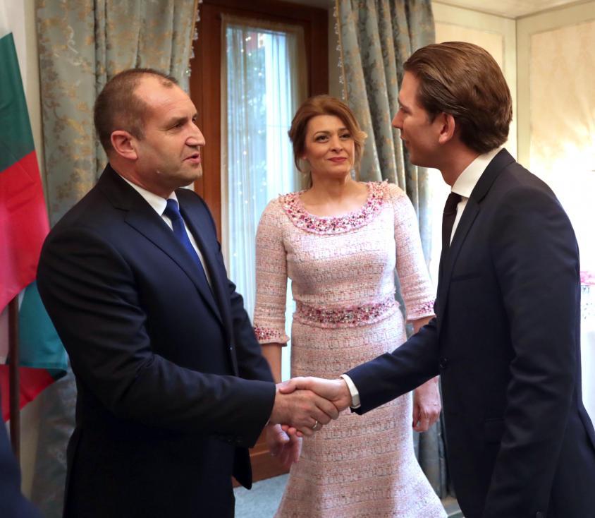 - Първата дама на България Десислава Радева блесна с тоалет в бледорозово до съпруга си Румен Радев, по време на официалните му срещи на 1 януари в...