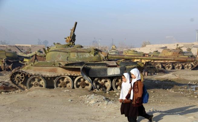 Изоставени танкове в Кандахар от съветската инвазия 1979-1989 г-