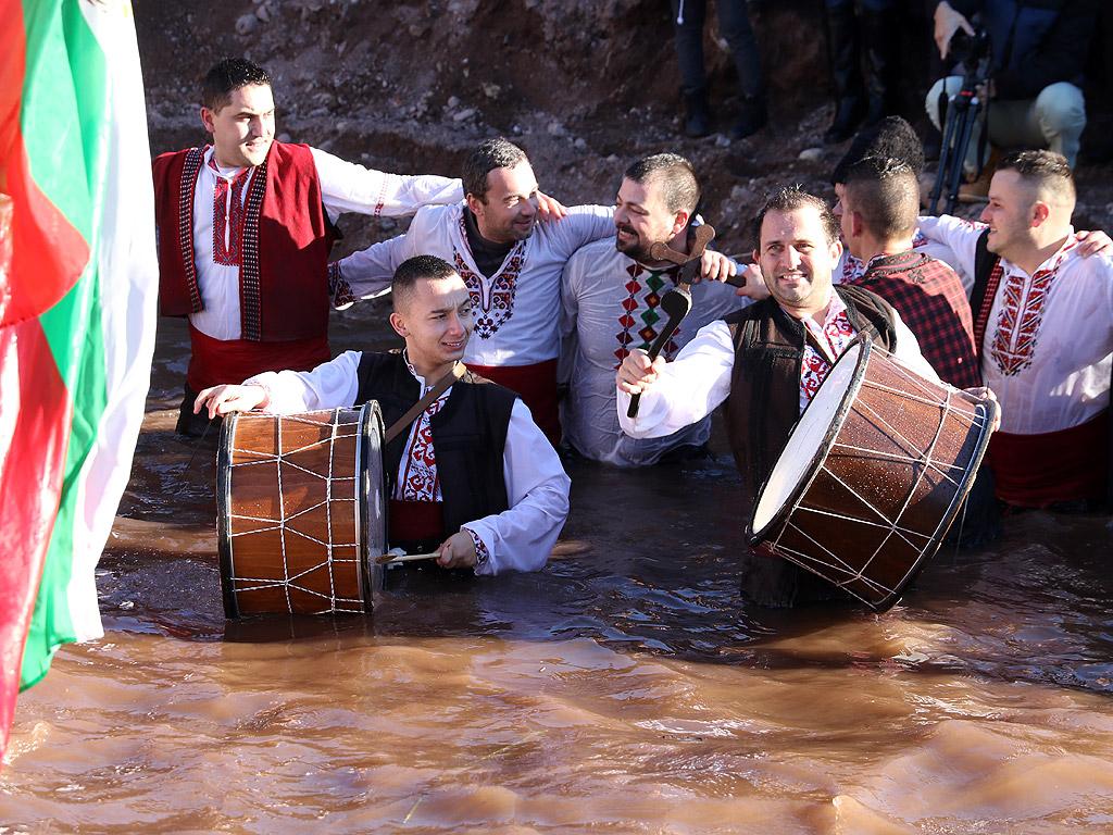 <p>На 6 януари един от най-големите християнски празници в българския календар - Йордановден или Богоявление. На този ден св. Йоан Кръстител е кръстил Божия син в река Йордан. Българите вярваме, че както тогава небето се отваря и Господ изпълнява желания.</p>