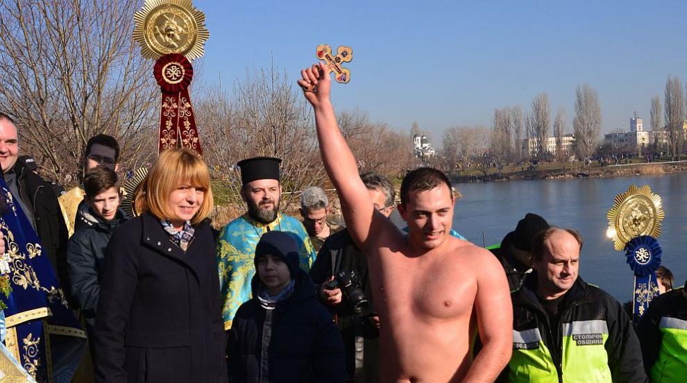 Момчето, което хвана Светия кръст в София, ще дари парите от наградата за...