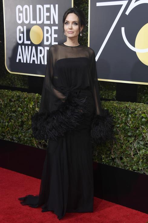 """- Анджелина Джоли бе сред гостите на тазгодишнатацеремония по раздаване на наградите """"Златен глобус"""". Красивата холивудска звезда бе облечена в..."""