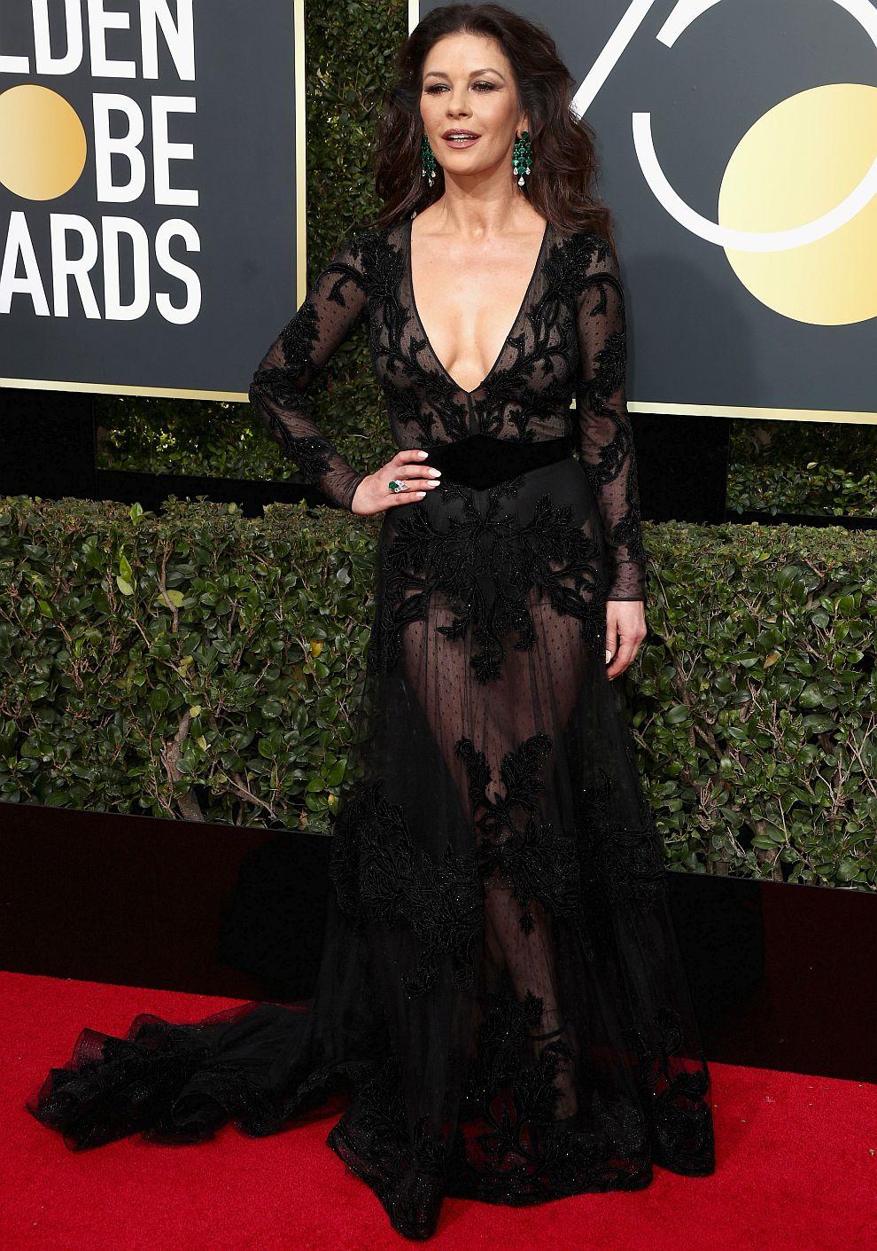 Катрин Зита-Джоунс показа плът с прозрачна и дръзка рокля с дълбоко деколте