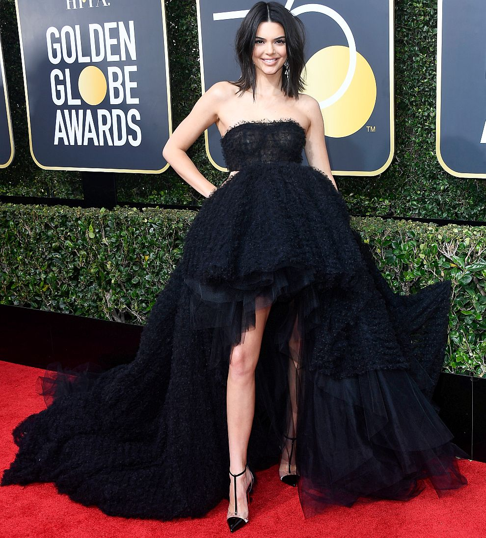 Кендал Дженър, която е топмодел и телевизионна знаменитост, се появи с черна рокля с ефектен шлейф