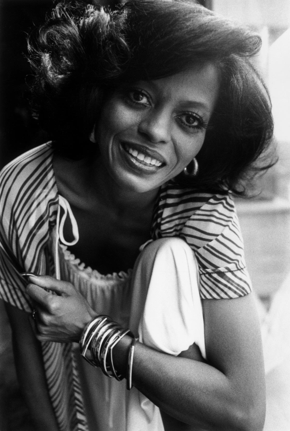 """Американската певица, актриса и музикален продуцент става известна през 60-те години на миналия век с участието си в групата """"Сюпримс"""" (The Supremes). 10 години по-късно започва самостоятелна кариера и по-късно през годините се радва на огромен успех. През 1976 г. сп. """"Билборд"""" я обявява за """"Артистката на века"""". Продала е над 100 милиона албума, освен на сцената, доказва таланта си и в киното. През 2017 г. Рос получи приз за цялостно творчество на Американските музикални награди, а през 2016 г. тя стана носител на Медала на свободата, връчен ѝ лично от бившия президент на САЩ Барак Обама."""