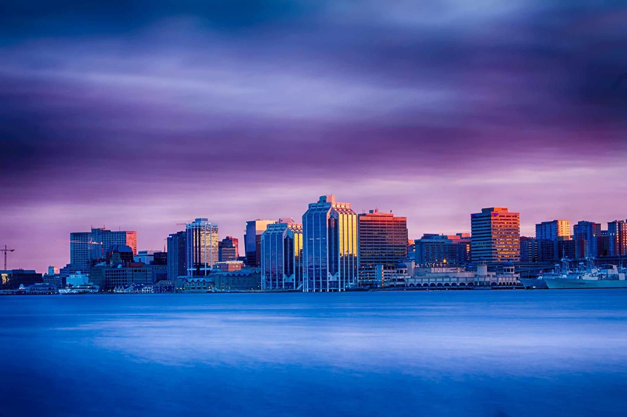 Халифакс, Канада<br /> Като столица на Нова Скотия, Халифакс е пристанищен град, известен със своята морска история.<br /> <br /> Но в наши дни града е известен и с кулинарната си сцена, както и със силна пивоварна култура. За да го докаже, Халифакс официално има повече кръчми и клубове на глава от населението, отколкото почти всички други в Канада.