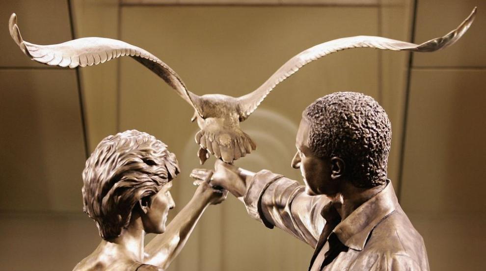 Махат статуя на принцеса Даяна и Доди (СНИМКИ)