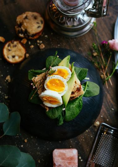 <p><strong>Яйца&nbsp;</strong>- това е истинският суперпродукт, богат на протеини, витамини, антиоксиданти и &quot;добри&quot; мазнини. В яйцата се съдържат само 85 калории и в същото време подпомага стопяването на мазнините в тялото ни.&nbsp;</p>
