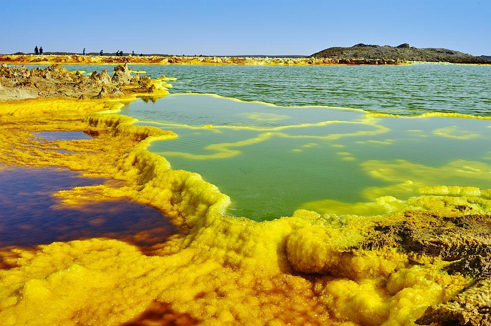 <strong>Вулканът Далол в Североизточна Етиопия</strong><br> <br> Вулканът е разположен на височина от 48 метра под морското равнище и е най-ниският вулкан на Земята. Освен това, Далол държи рекорда за най-висока средна годишна температура – около 34°C. В пазвата на неблагоприятния вулкан виреят някои видове бактерии, които участват в сложни химични процеси. Тяхна е заслугата за този невероятен сюрреалистичен пейзаж.<br>