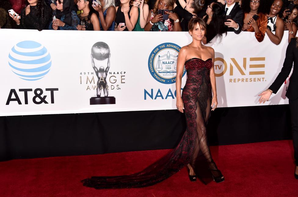 """- Носителката на награда """"Оскар"""" Холи Бери присъства на наградите """"Имидж"""", където привлече погледите на гостите. 51-годишната актриса демонстрира..."""