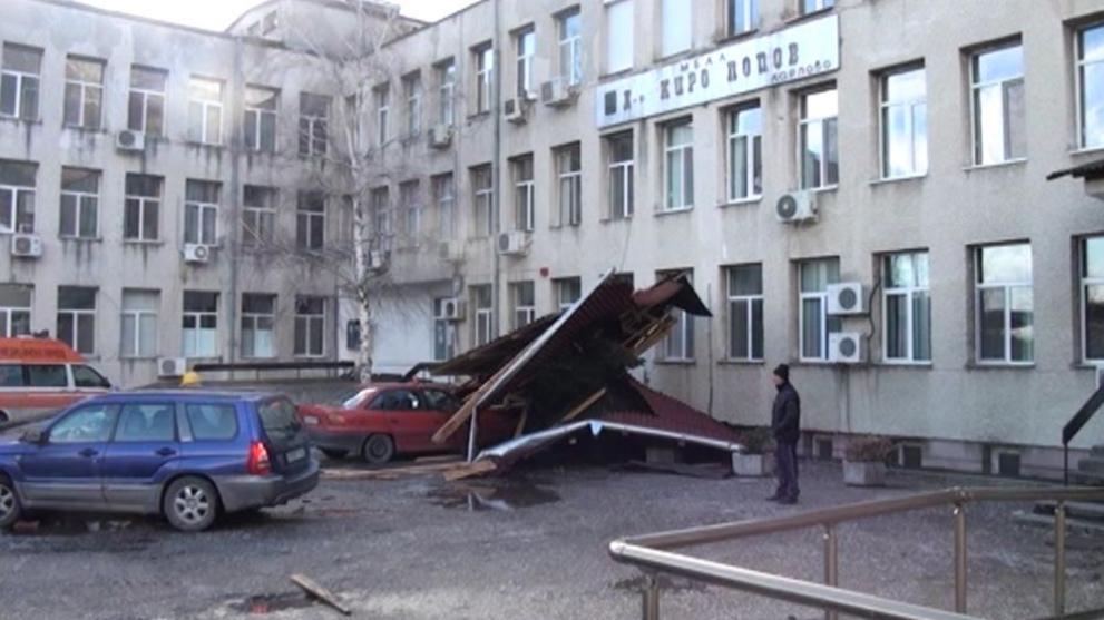 По чудо няма пострадали след падането на покрива на карловската болница (видео)