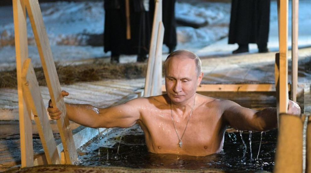 Путин и още много руснаци се потопиха в ледени води за Богоявление...