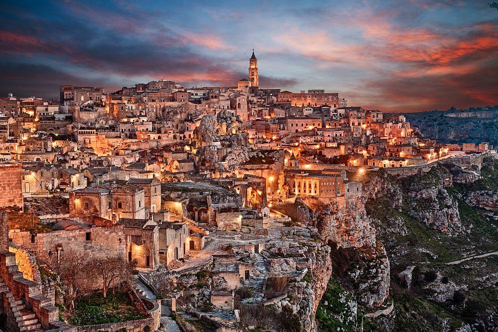 7. Матера, Италия   Със своите каменни къщи в меден цвят, надвиснали над пропаст, Матера изглежда уникално. Но това е само половината история: над повърхността наднича лабиринт от пещерни жилища, църкви и манастири, които датират от над 9000 години, което прави Матера един от най-старите все още съществуващи градове в света.