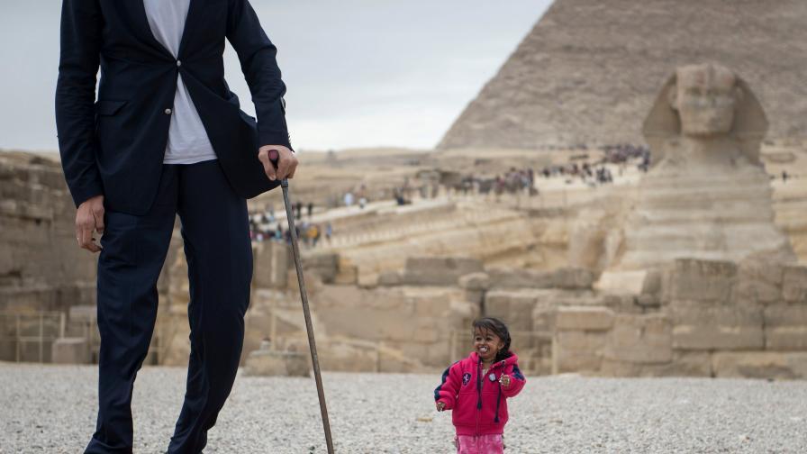 Тя е най-ниската жена в света и застана до най-високия (СНИМКИ)
