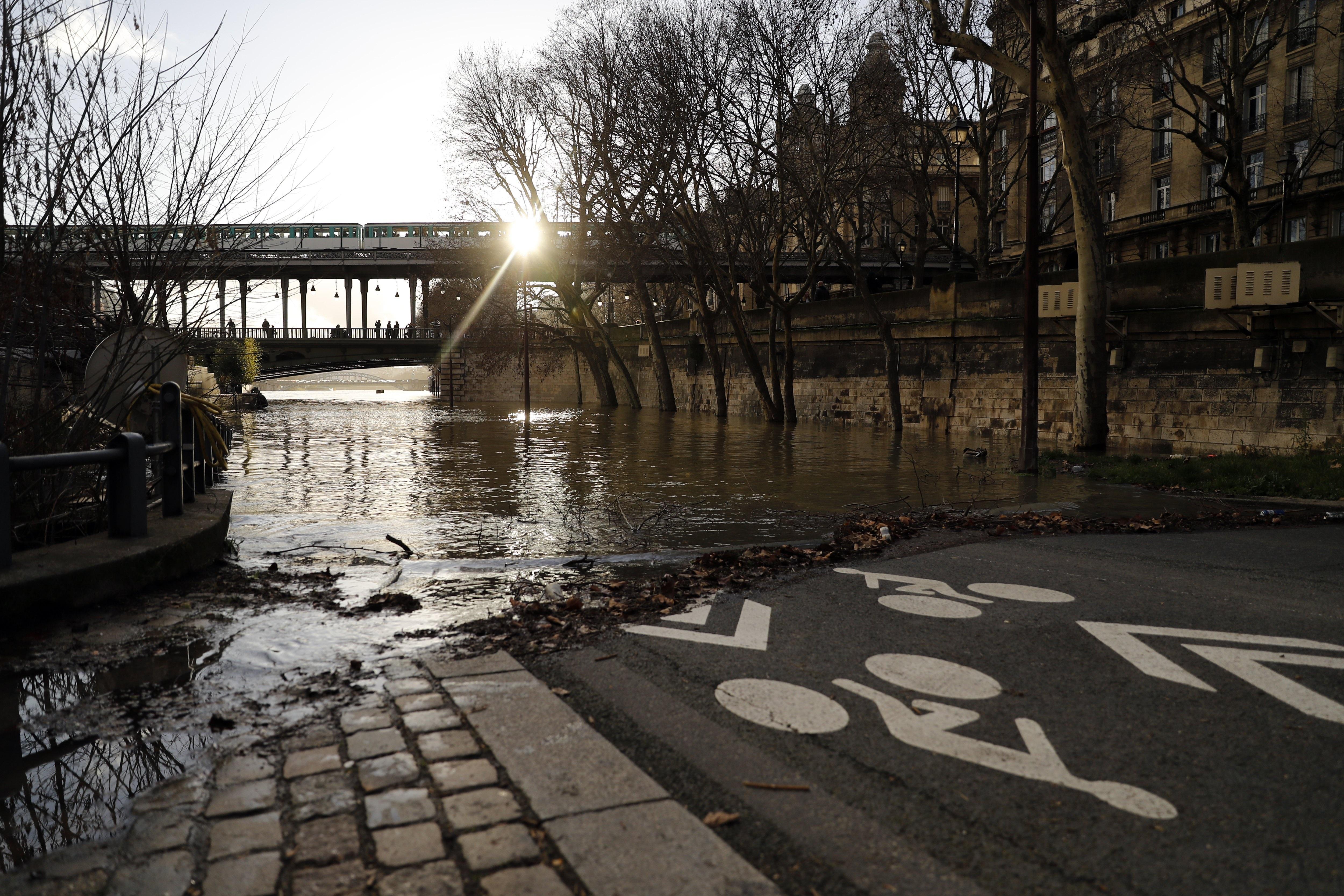Крайбрежните домове и офиси във френската столица Париж са нащрек, след като река Сена продължава да покачва нивото си и заплашва да залее бреговете.