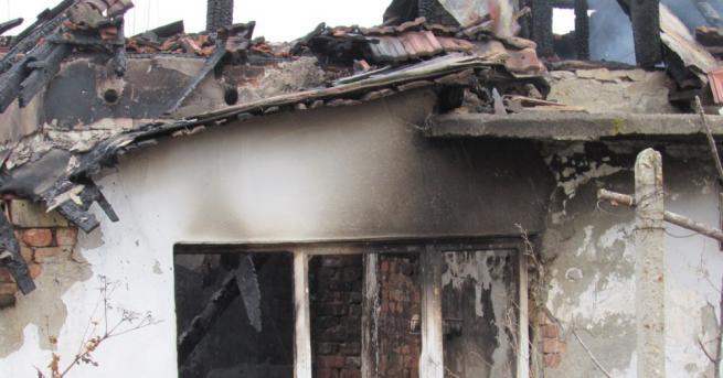 Мъж и две деца загинаха при пожар в къща в
