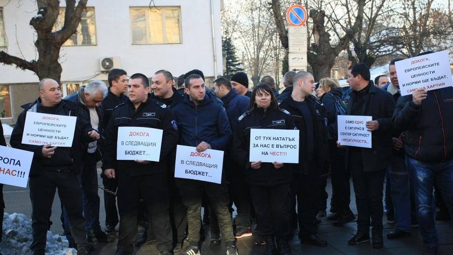 Надзирателите на протест, искат 20% увеличение