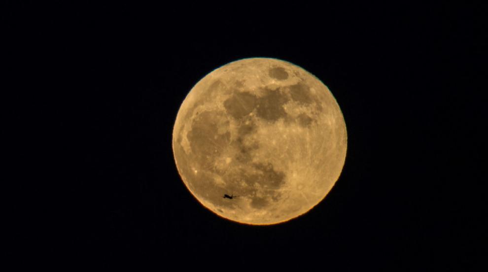 """За първи път от 76 години: """"Синя луна"""" изгря в нощта..."""
