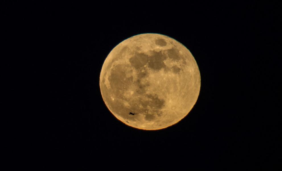 """Изключително рядко заради размера на спътника ни лунно затъмнение осигури впечатляващ спектакъл на много места по света. Стотици хиляди хора имаха възможност да се насладят на гледката как Луната изчезва, а след това се появява червенееща, откъдето и името """"кървава"""". Тя беше наречена също """"синя"""", защото това е второто пълнолуние за месеца и """"суперлуна"""", заради близостта ѝ със Земята."""