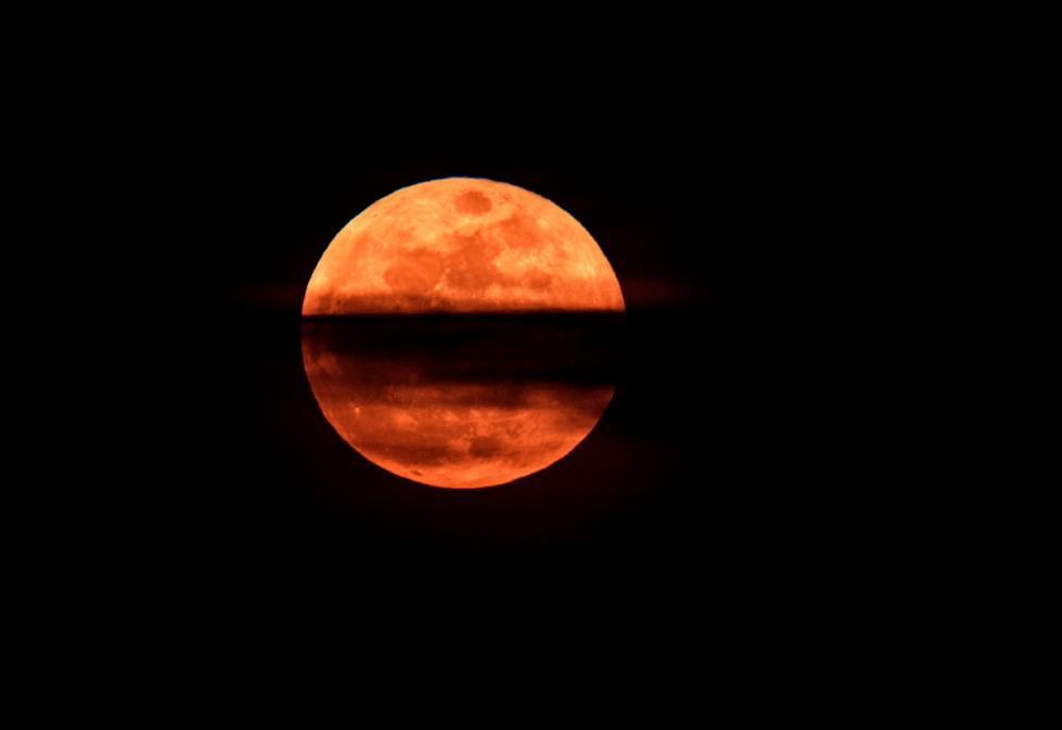 """- Милиони хора по света наблюдаваха рядкото астрономическо явление """"Супер синя кървава луна"""". От България феноменът можеше да бъде наблюдаван около..."""
