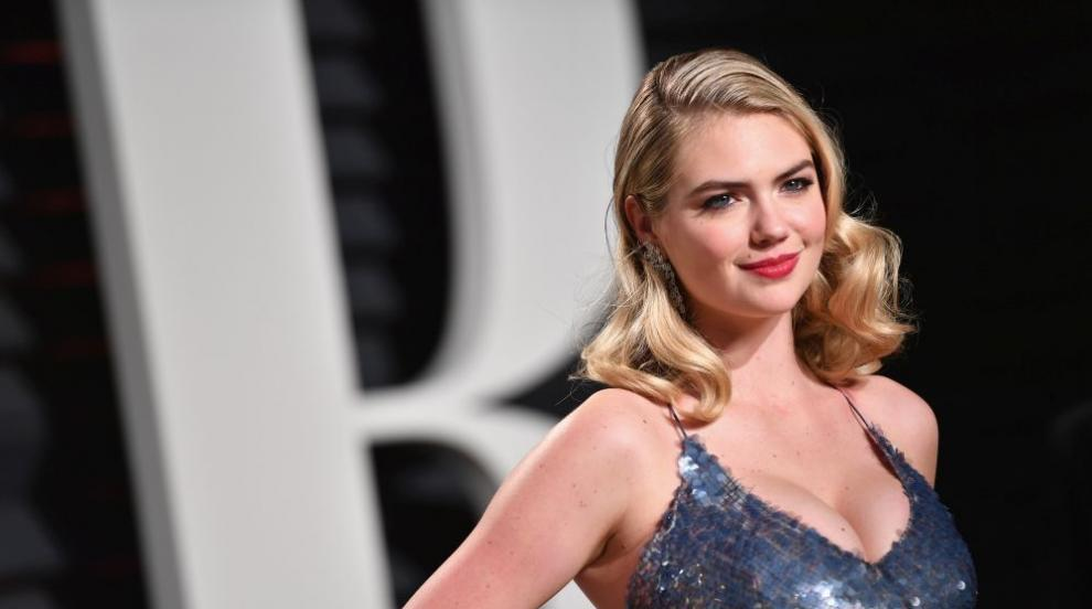 Рисковете на професията: Вълна повали супермодела Кейт Ъптън от скала,...