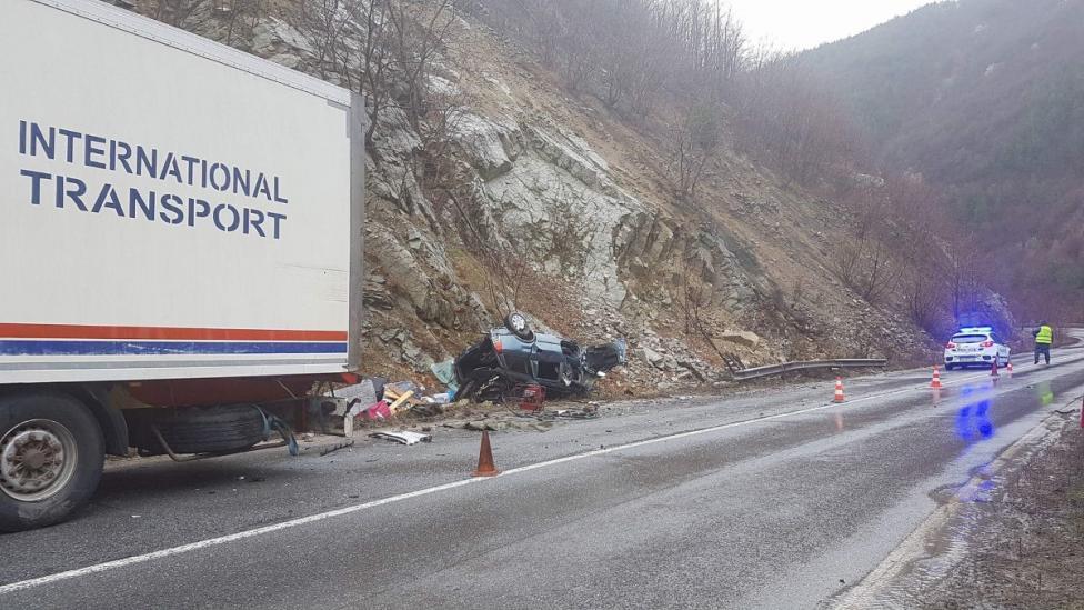 - Тежка катастрофа затвори прохода Хаинбоаз. Трима души загинаха при челен удар между камион и лек автомобил. Невръстно дете е в тежко състояние