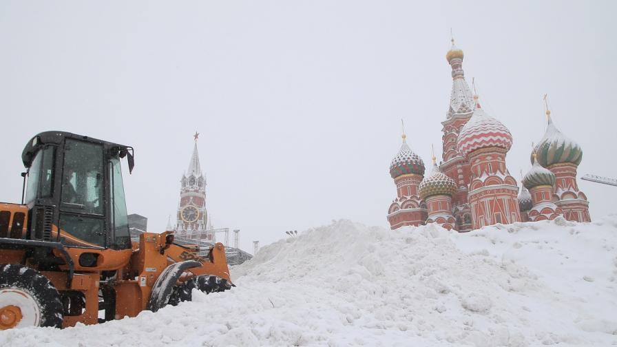 Невиждан сняг покри Москва, един човек загина