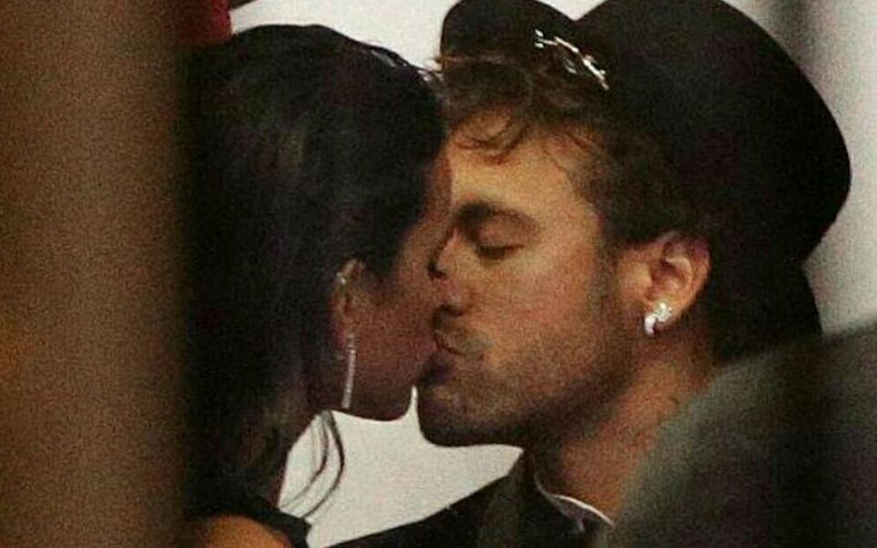 Неймар се възстановява с целувки