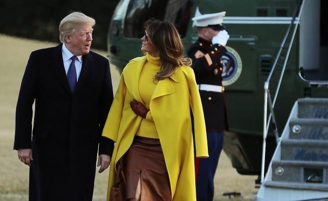 Мелания скри ръката си под палтото.