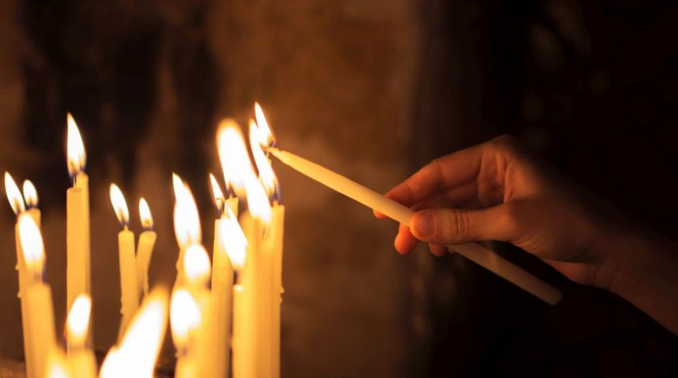 Продължава недоволството в Петрич срещу отстраняването на отец Ангел