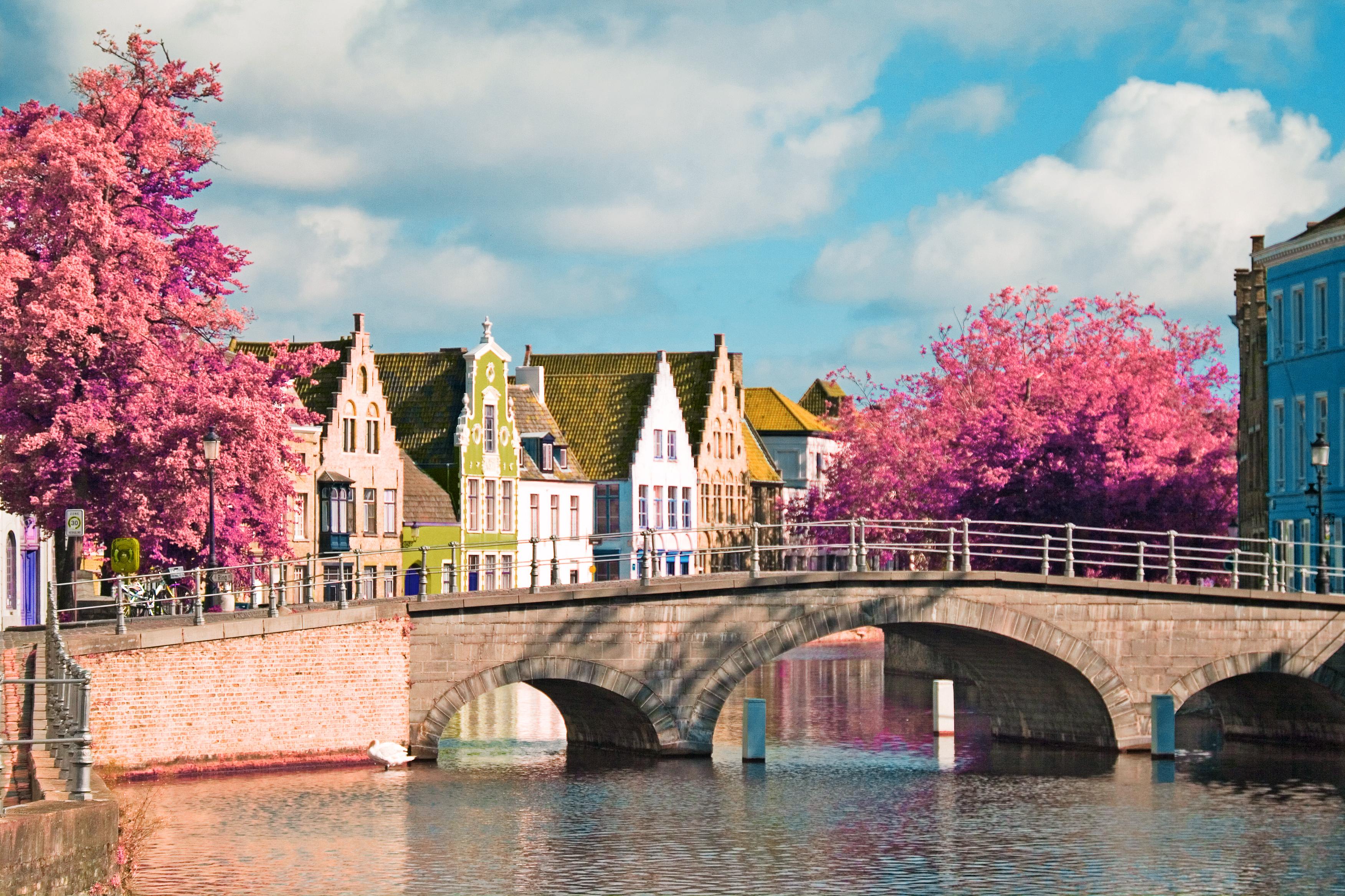 <strong>Брюж – най-романтичното градче в Белгия </strong><br> <br> Брюж е град приказка в джобен формат – укрепено средновековно селище, което на пръв поглед сякаш е замръзнало във времето. Каналите следват своя път през центъра, отразявайки островърхите фасади, кули и покриви на столетните сгради. В прегръдката на яйцевидния пръстен на старите градски стени е скътан добре подреден лабиринт от павирани улици, градинки, тихи площади, готически църкви и варосани в бяло странноприемници.