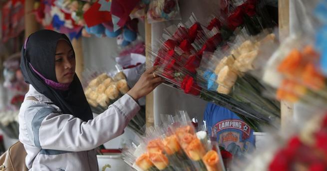 Полицията във втория по големина град в Индонезия Сурабая нахлу