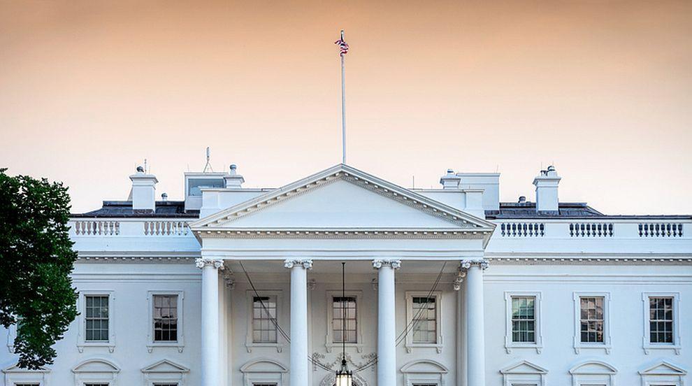 Мишка падна от тавана в Белия дом и хвърли репортери в паника