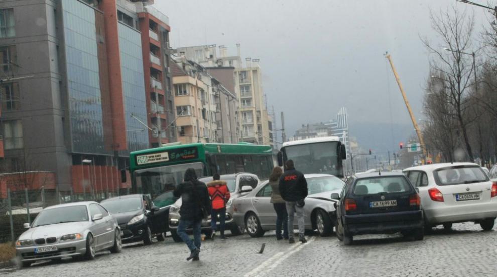 Верижна катастрофа в София затруднява движението по натоварен булевард...