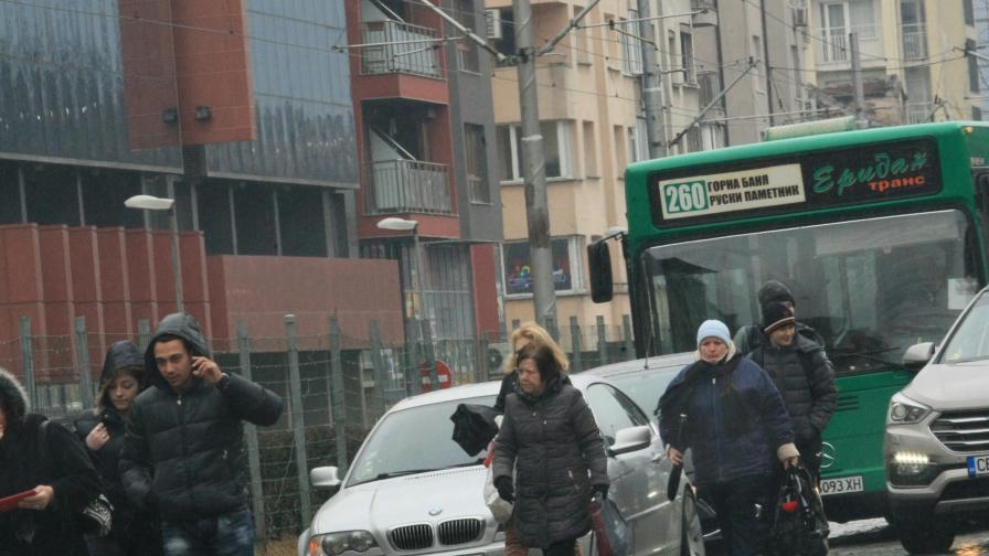 Верижна катастрофа в София, има и автобус