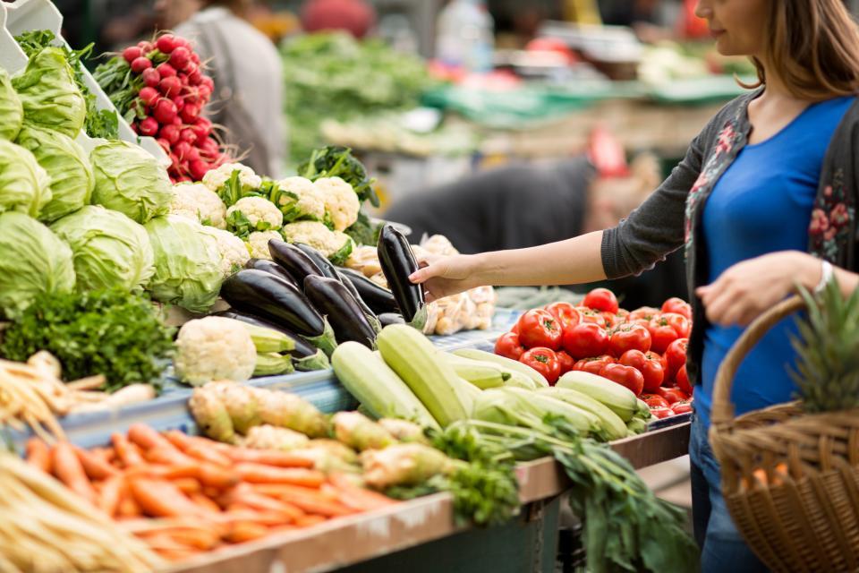 жена пазарува зеленчуци