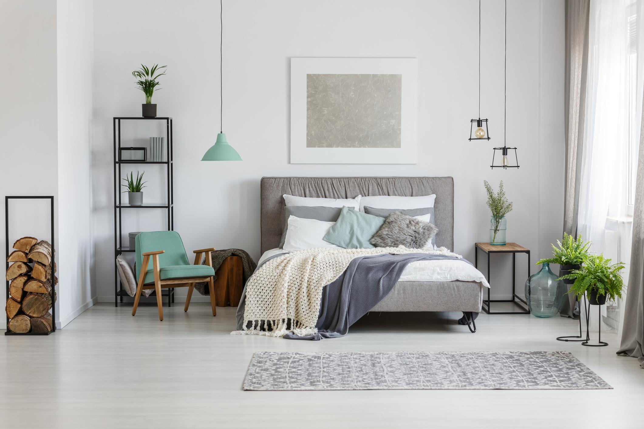 Създаване на план. След като сте избрали интериорния дизайнер той започва с изготвянето на схемите за интериорния дизайн и разположението на мебелите в апартамента. Обикновено има поне два, а понякога и три и повече варианта, за функционалното разпределение в жилището. Този процес ще отнеме известно време докато изготви подробен план за интериорен дизайн на дома ви. След това вие ще можете да го разгледате и да обсъдите дали ви харесва по този начин или ще са нужни корекции. Имайте предвид, че ако проекта е по-голям или имате допълнителни изисквания за конструктивни промени, тази първоначална фаза може да отнеме повече време.